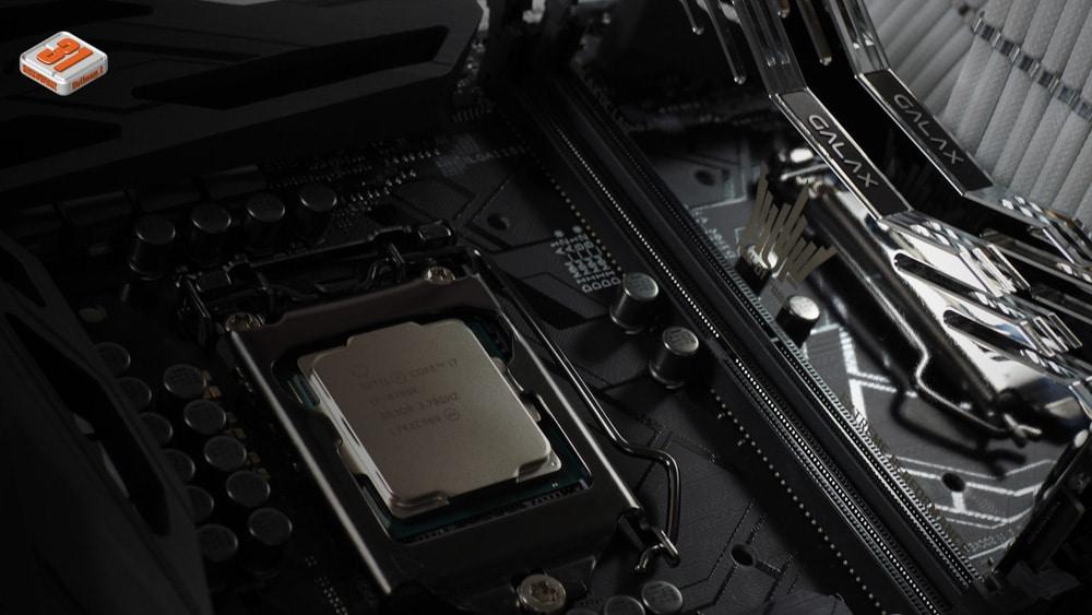 Replacement dans le socket du 8700K dans notre tutoriel DELID pour décapsuler votre processeur Intel en toute sécurité