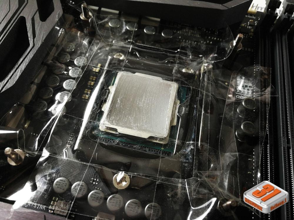 Application de la conductonaut sur l'IHS dans notre tutoriel DELID pour décapsuler votre processeur Intel en toute sécurité